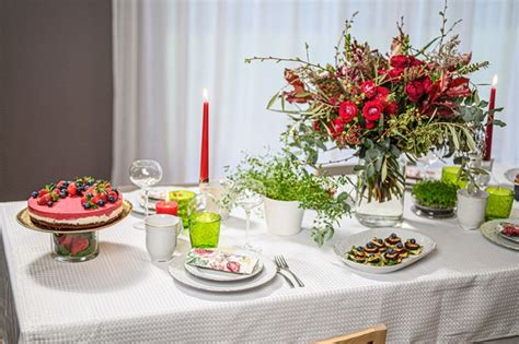 Baltā galdauta svētku galdam viegli pagatavojamas uzkodas ...