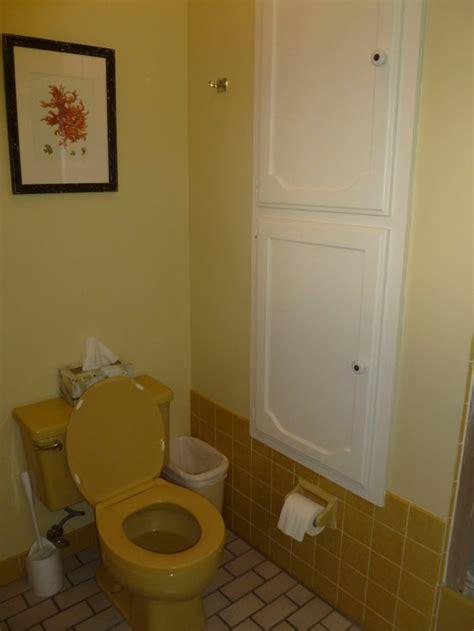 paint decor ideas for harvest gold bathroom