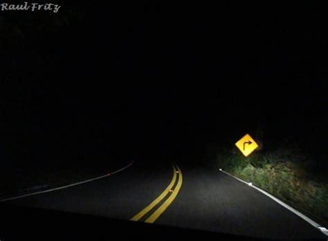 Estrada à noite, sem luzes nem Lua.   Road by night, in a ...
