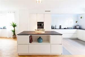 Moderne hochglanz kuche in weiss mit kucheninsel bora for Moderne küche hochglanz weiss