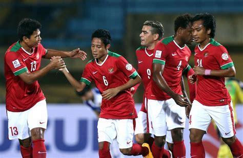 Sepak bisa disebut menyepak yaitu menendang (menggunakan kaki), sedangkan bola permainan sepak bola adalah permainan dalam bentuk regu, setiap regu berisi 11 orang dengan 1 orang sebagai penjaga gawang dan memiliki. Migrasi Pesepak Bola Indonesia - Fandom Indonesia