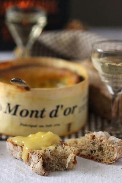 mont d or au four vin blanc dans la cuisine de mont d or au four
