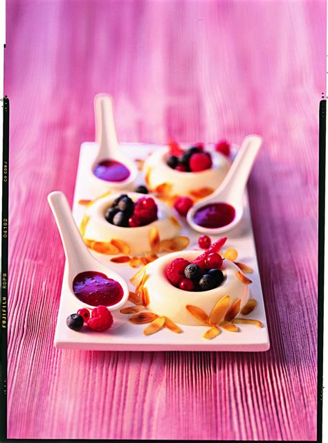 dessert avec des fruits recette blanc manger et coulis de fruits rouges
