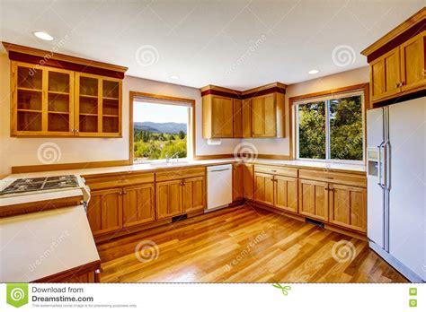 light brown kitchen cupboards armadi da cucina marrone chiaro apparecchi bianchi e 6970