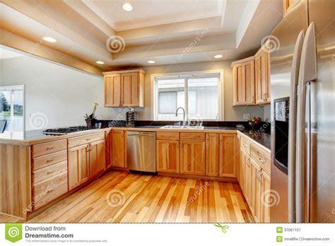 mi bois cuisine cuisine en bois lumineuse avec le plafond coffered