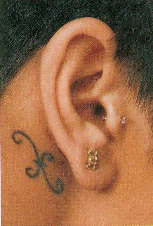 poisson derriere  oreille de rihanna tatouage etoile pictures