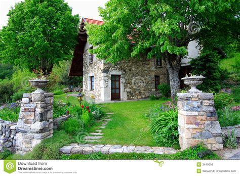 Großartiges Altes Haus Und Garten Stockfoto  Bild Von