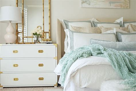 white bedroom furniture  making clean  spacious