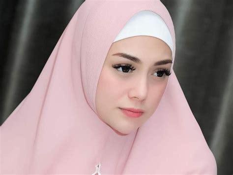 cantiknya celine evangelista pakai hijab syari banjir