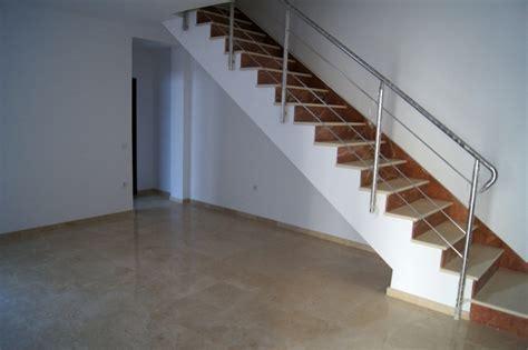 foto escalera de marmol  baranda de acero inoxidable
