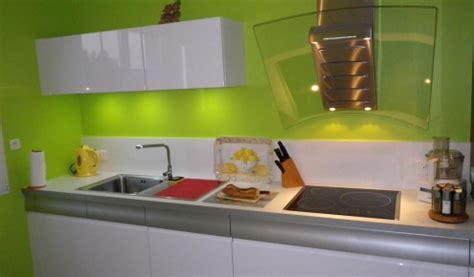 cuisine mur vert pomme cuisine en laque brillante blanche mur vert pomme with