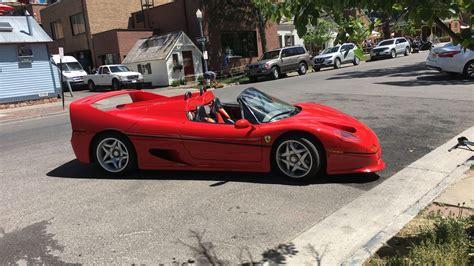 Bref, il n'empêche que la f50 qui débarque, ya pas que les cheveux qu'elle va vous dresser… son v12 de 4,7 l déploie ses pistons et ses 60 soupapes pour laisser chanter les 520 ch canassons à plus de 8500 trs… une véritable symphonie mécanique libérée qui résonne le long des hauts buildings. Ferrari F50 Spider Casually street parked : spotted