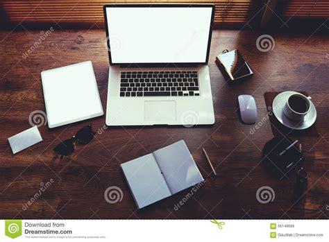 le bureau d homme d affaires avec les accessoires de luxe et la distance fonctionnent des outils