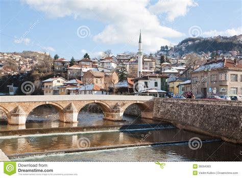 si鑒e sarajevo vecchia città con la moschea e ponte a sarajevo fotografia stock editoriale