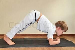 Yoga Zu Hause : baby yoga zu hause kaninchen pose sasangasana stockfoto colourbox ~ Markanthonyermac.com Haus und Dekorationen