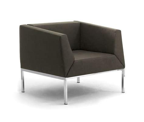 divano e poltrona poltrona e divano con gambe in metallo e scocca imbottita