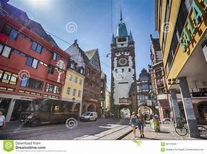 Markt De Freiburg Breisgau : ochtendstraat met mening in martinstor freiburg im breisgau redactionele stock afbeelding ~ Orissabook.com Haus und Dekorationen