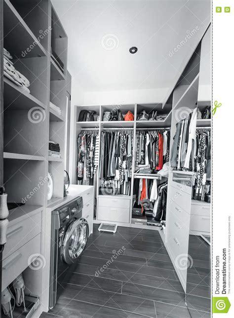 guardaroba abbigliamento guardaroba con abbigliamento organizzato immagine stock