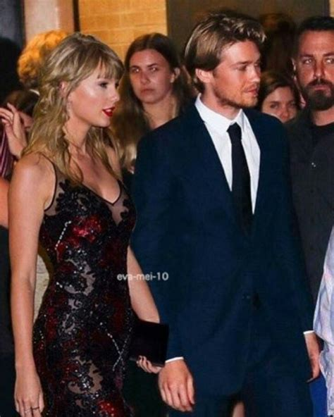Taylor Swift And Joe Alwyn at #TheFavourite Premiere in ...