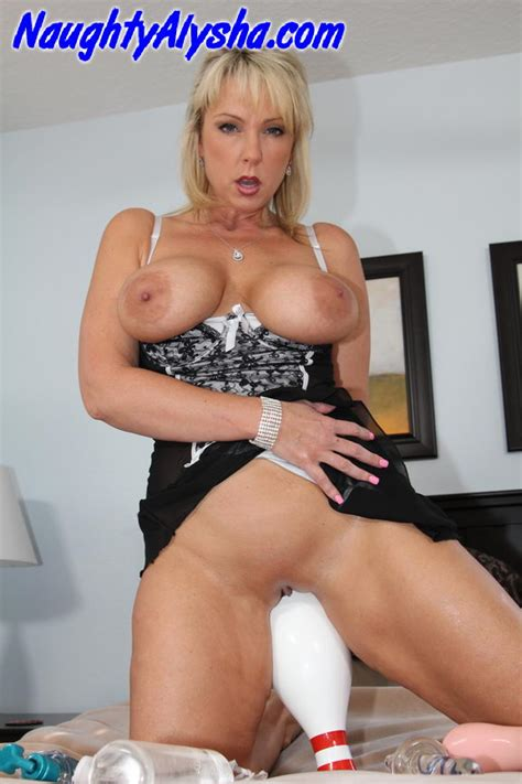 playing sex bowling with a milf mature xxx pics