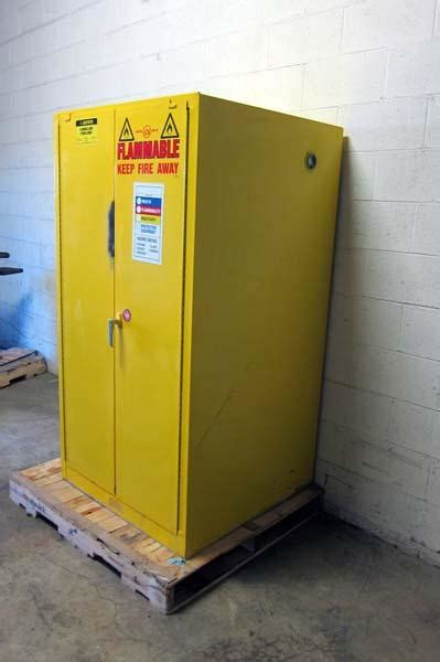 Justrite Flammable Cabinet Shelf by Lot 76 Justrite Flammable Liquid Storage Cabinet Wirebids