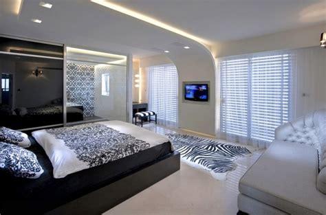 faux plafond moderne dans la chambre 224 coucher et le salon