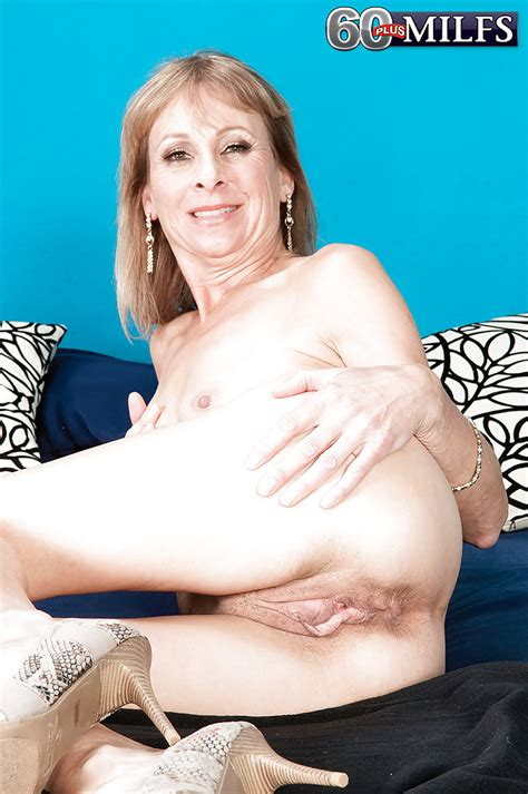 Slender grandma Patsy spreading aged pussy wide open while bending over - PornPics.com