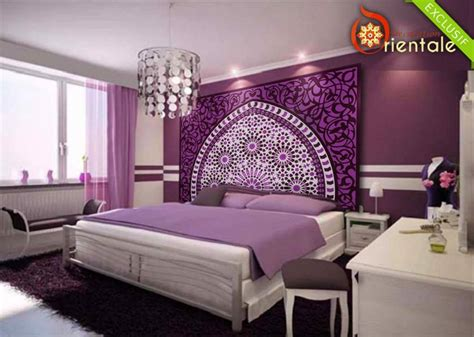modele de chambre a coucher simple tête de lit orientale et porte marocaine