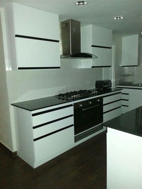 cocina  isla moderna blanco  negro casa nueva en