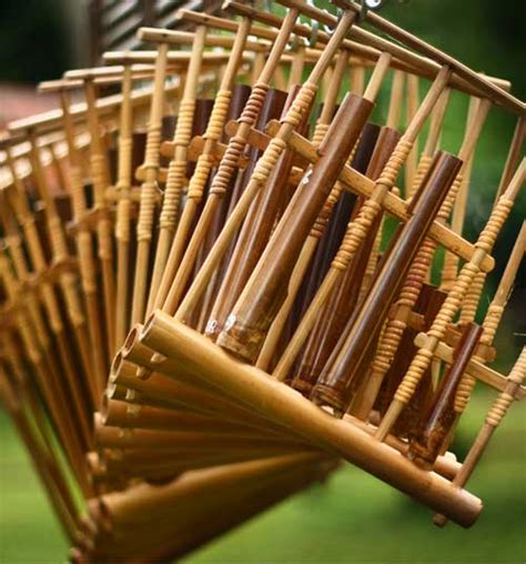 Aramba ialah jenis alat musik yang memiliki persamaan seperti gong berasal dari sumatra utara. Indonesian Traditional Art: Angklung