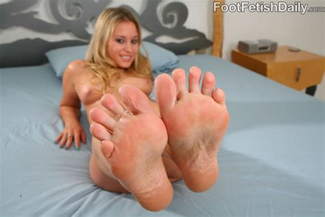 After Getting Her Pink Pussy Penetrated Kelly Skyline Takes Cumshot Right On Her feet