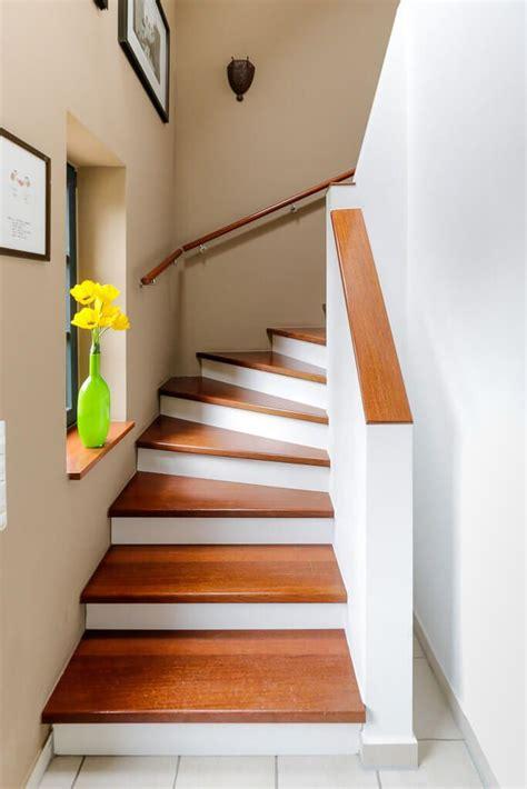 treppe innen massiv mit holz stufen handlauf gemauert