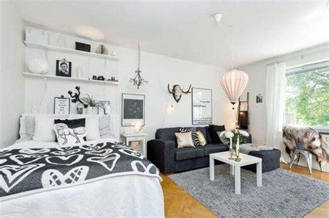 studio 20m2 sol en bois clair murs blancs canap 233 gris