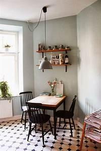 Kleine Küche Mit Essplatz : kleiner essplatz in der k che mit schwarzen sprossenst hlen und wand in salbeigr n home ~ Frokenaadalensverden.com Haus und Dekorationen