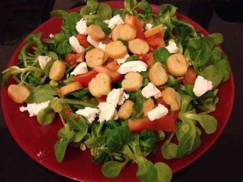 cuisiner des lardons salade tomates fêta croutons recette de salade composée