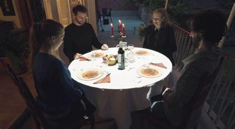 le petit chef cuisine ce restaurant fait patienter ses clients avec des projections qui interagissent avec la table