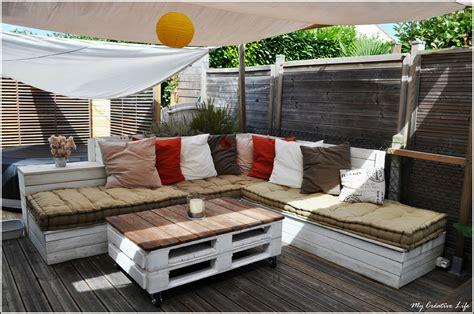 canapé avec des palettes canapé d 39 angle extérieur bois et table basse palette photo de jardin my créative de