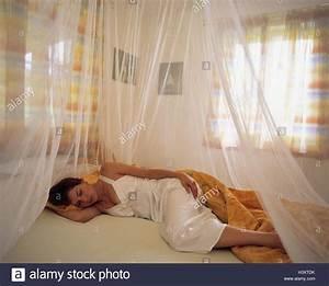 Mücken Im Schlafzimmer Bekämpfen : frau bett schlafen moskitonetz schlafzimmer jung l ge stachel moskito schutz netzwerk ~ Markanthonyermac.com Haus und Dekorationen