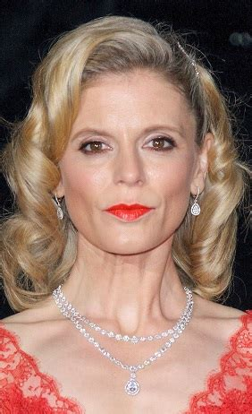 hairstyles emilia fox medium curled hairstyle
