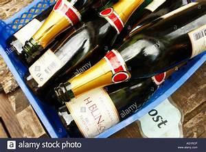 Stapel Bar Köln : empty bottles after party stockfotos empty bottles after party bilder alamy ~ Buech-reservation.com Haus und Dekorationen