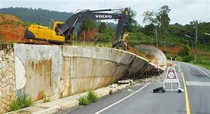 Wall collapse closes Phuket road