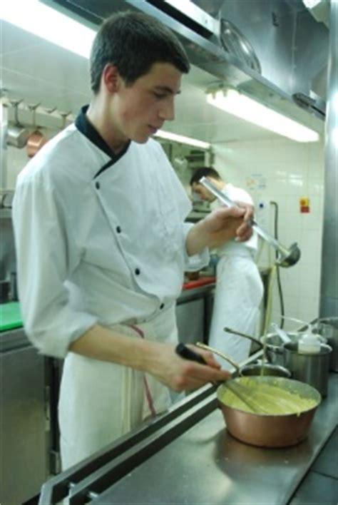 une journ 233 e avec lucas marini commis de cuisine au