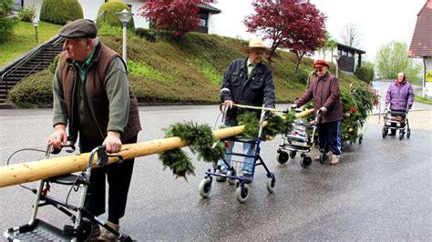 rollator mit motor senioren klaut maibaum zur 252 ck mit rollatoren welt
