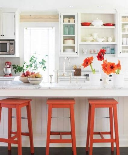 white kitchen with colorful accents atr 233 vete con el naranja en la cocina decoraci 243 n de 1833