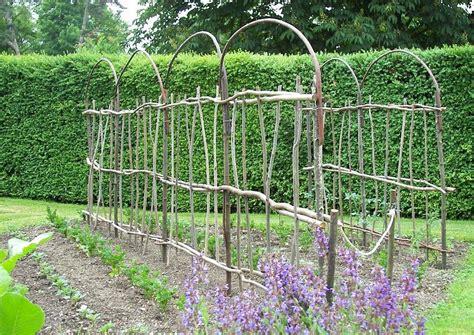 himbeerspalier selber bauen hausgarten nutzgarten spaliere aus weide und haselruten rankhilfen garten garten deko und