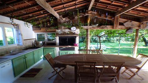 cuisine du frigo villa avec cuisine d été terrasse piscine privative barbecue terrain ombragé vaucluse