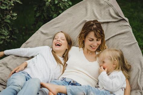 amaca bambini madre con bambini si divertono su un amaca mamma e