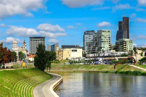 edifici per uffici nuovi grattacieli moderni a vilnius immagine stock