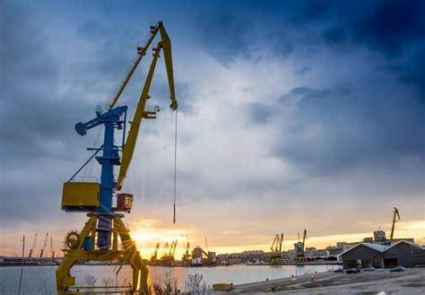 injured  falling crane  disastrous shipyard accident