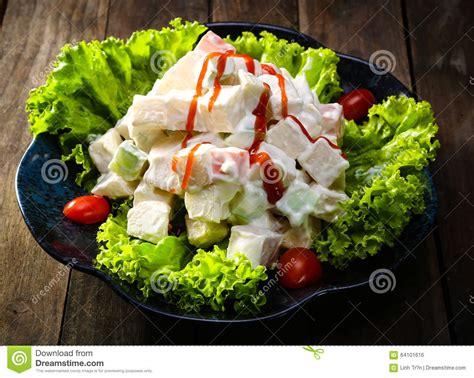 cuisine russe traditionnelle cuisine traditionnelle salade russe avec le persil et les saucisses photo stock image 64101616